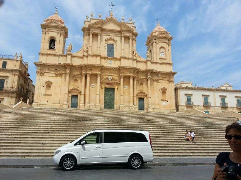 Taorminacarservice in front of the church in Noto
